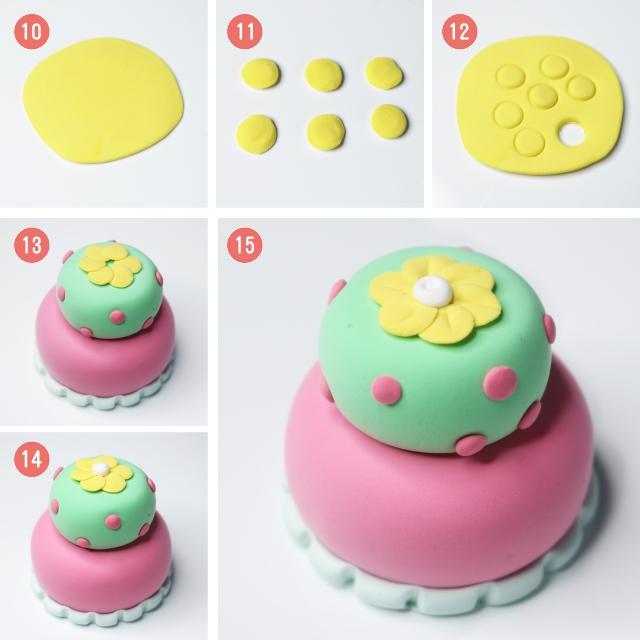 今天老师陪小朋友做一个简单有漂亮的蛋糕 小蛋糕 选用24色粘土:(果绿色、桃红、黄色、白色、浅蓝)工具:齿刀  如图1到图5:用桃红色粘土和果绿色粘土分别揉出两个大小不等的圆形,然后稍微压扁。保持扁圆的饱满性。最后叠加在一起!双层蛋糕就有基本的形状啦.有啦基本的形状让我们给蛋糕做装饰吧。  首先好吃的蛋糕是不是有糖果,还有软软的奶油?那么我们就用浅蓝色的粘土做一个更大的奶油低,然后放到蛋糕的最下面,用齿刀做出花边。用桃色粘土揉出若干小球球压扁做糖果,并装饰到果绿色上。  最后给蛋糕装饰上漂亮的小花朵。小
